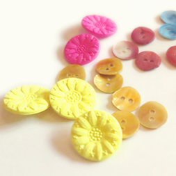 kleine collectie leuke knoopjes van vilt, parelmoer hout en plastik